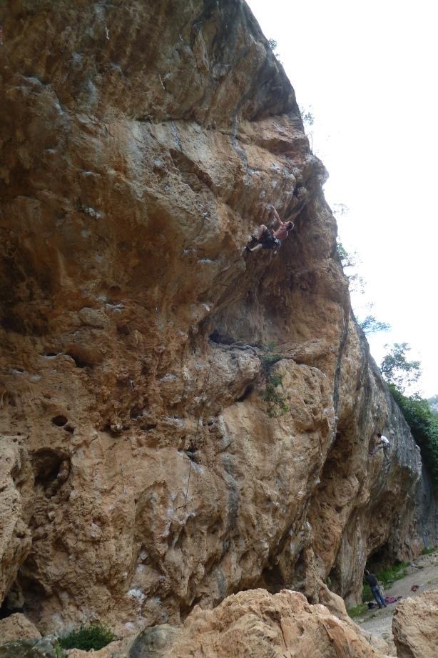 Les Perxes, secteur Cueva, Etienne dans le 7b d'échauffement...