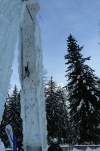 Première voie de sélection sous une jambe de la tour de glace de Champagny en Vanoise