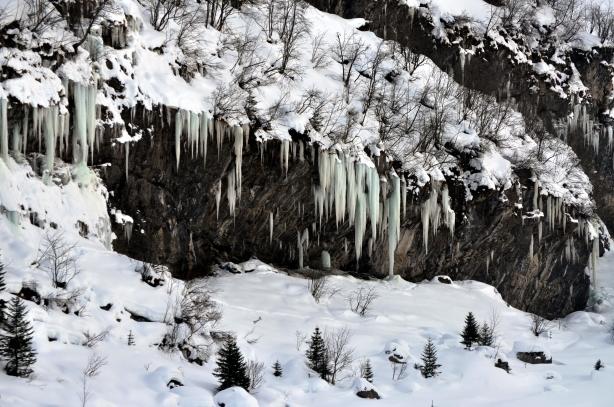 La falaise d'Ueschinen avec ces énormes stalactites